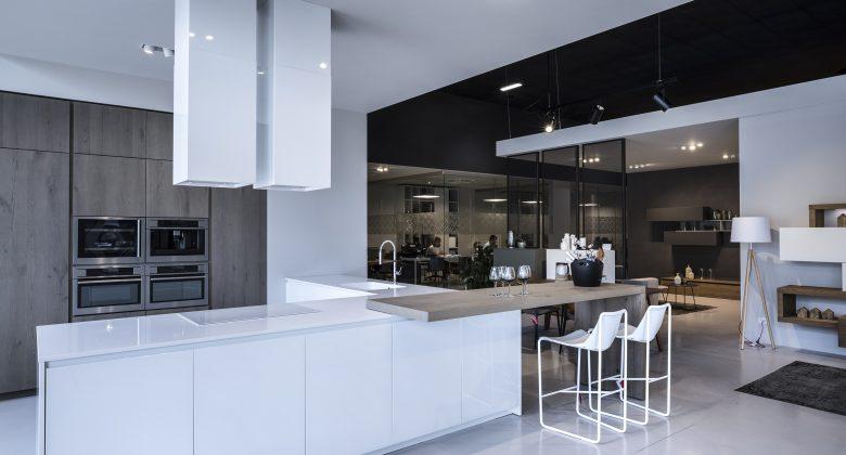 Abita Arreda showroom Treviso cucina moderna con penisola