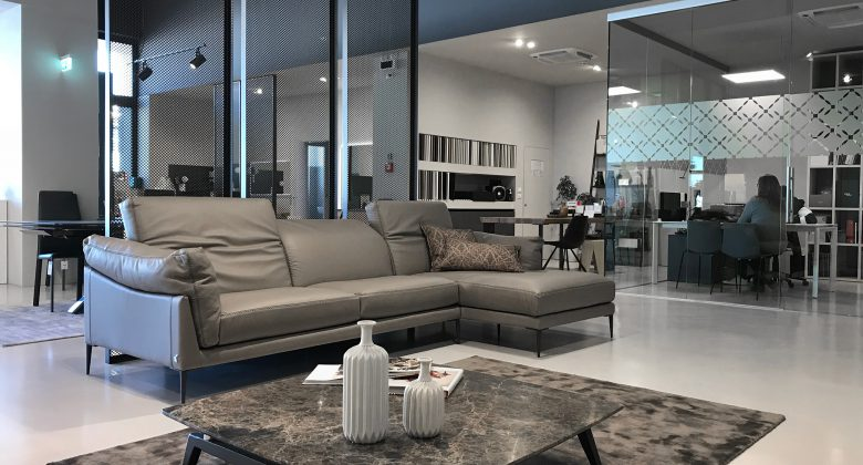 Abita Arreda showroom Treviso soggiorno moderno con divano in pelle