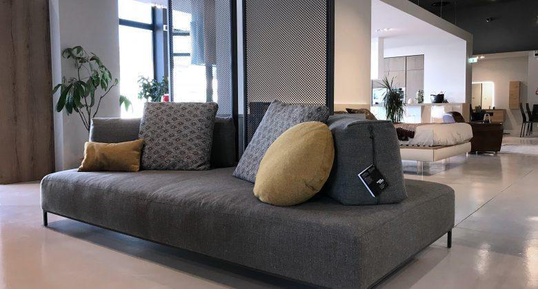 Abita Arreda showroom Treviso soggiorno stile moderno con divano a isola